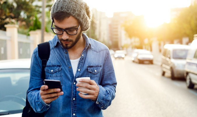 Hombre joven mirando su móvil Android
