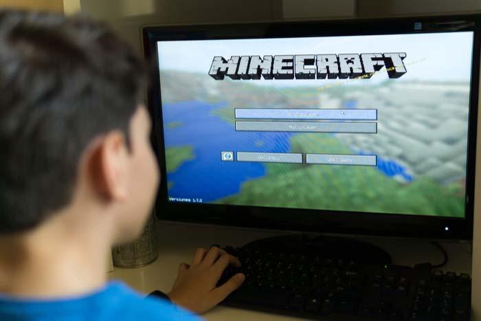 Niño jugando a Minecraft