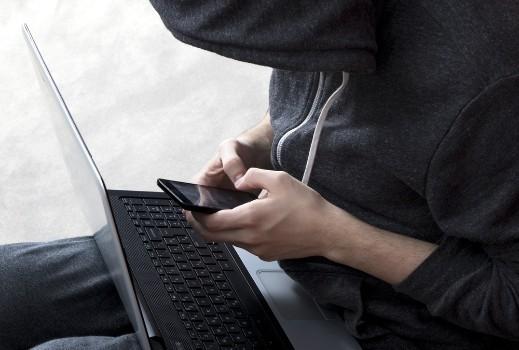 Hacker con teléfono móvil