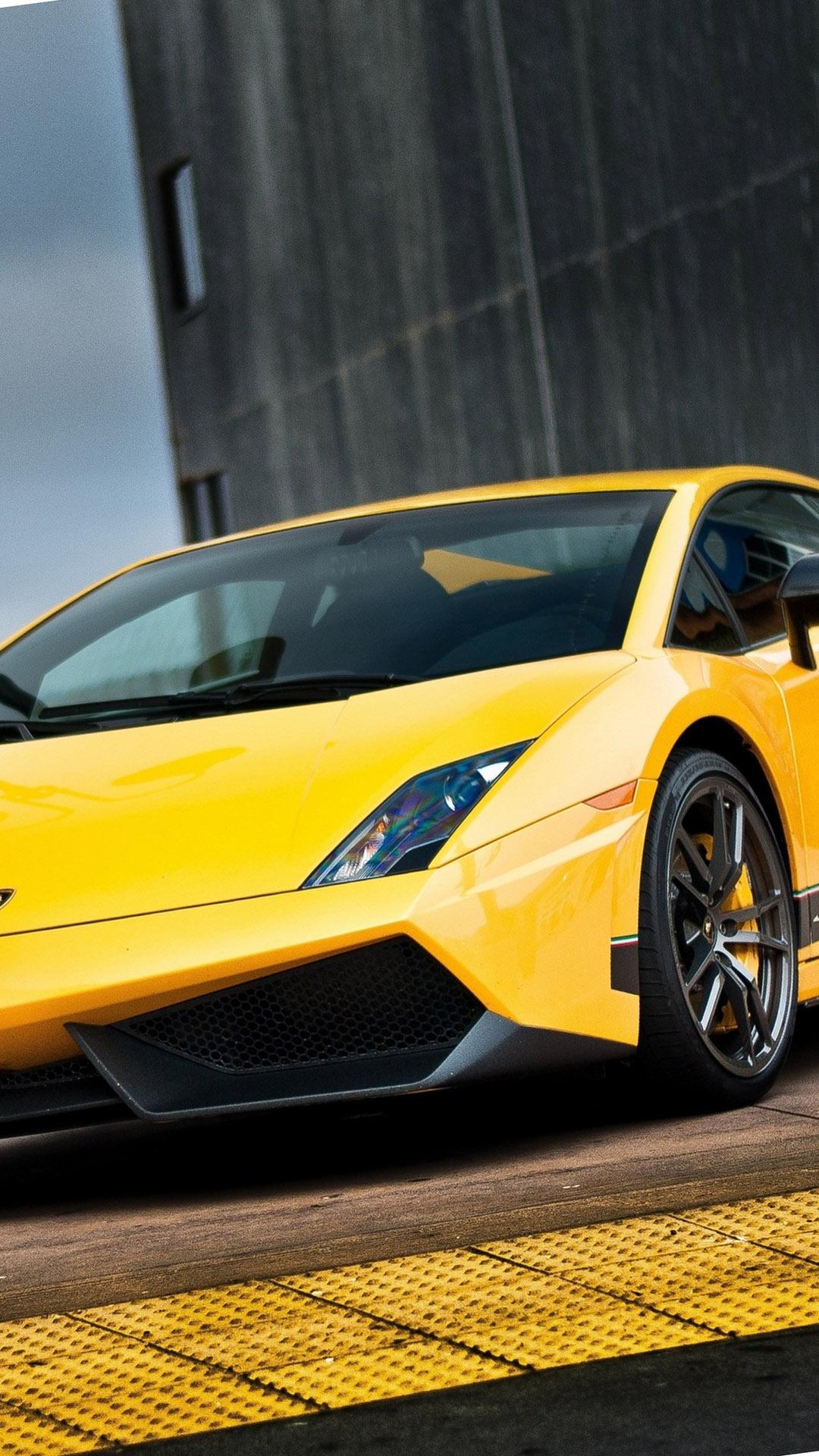 Fondo de pantalla con coche amarillo