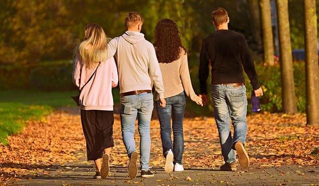 Amigos paseando por el parque