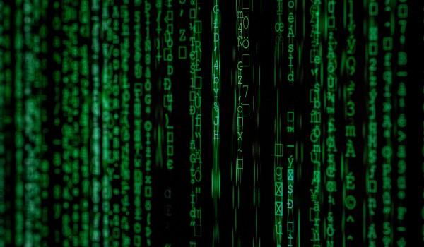 Código con letras verdes