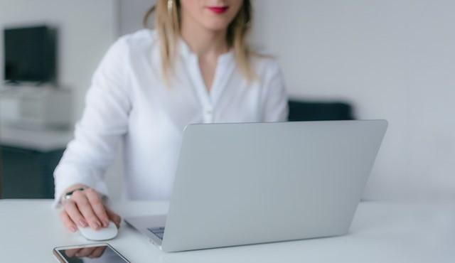 Mujer utilizando un ordenador portátil