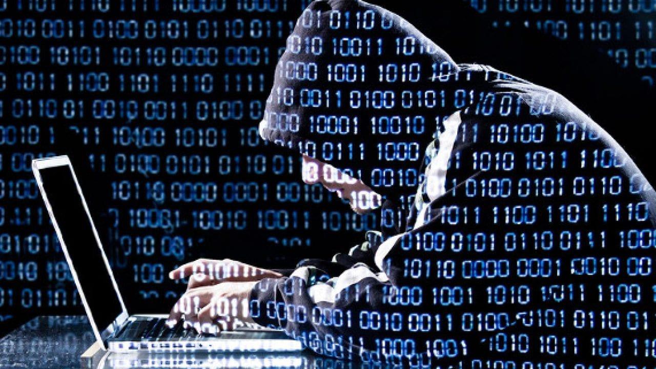 Hacker utilizando un portátil