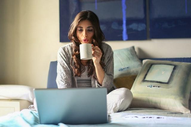 Mujer utilizando el portátil