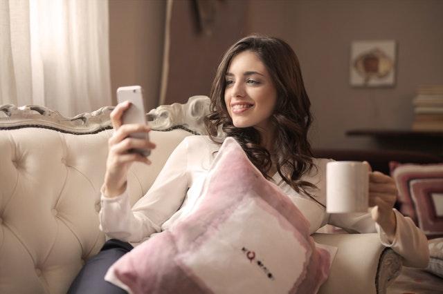 Mujer sonriendo al móvil
