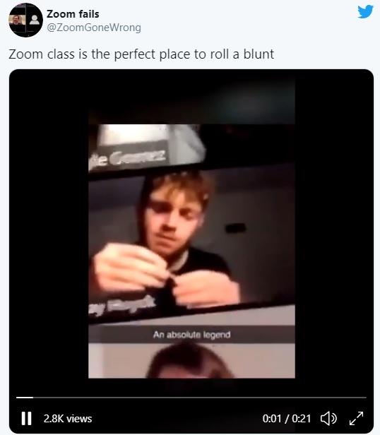 Chico lía un porro en medio de videollamada