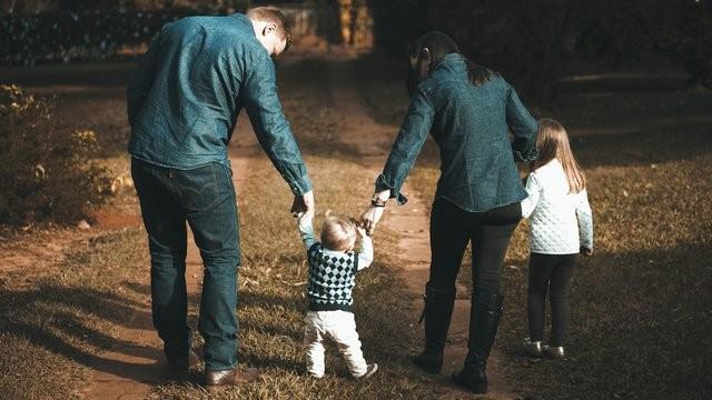 Familia paseando por el campo