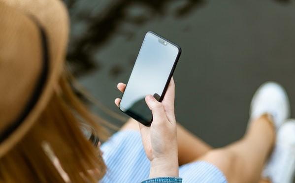 Mujer utilizando un móvil