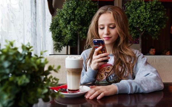 Mujer joven mirando las redes sociales