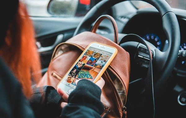 Mujer mirando redes sociales en el coche