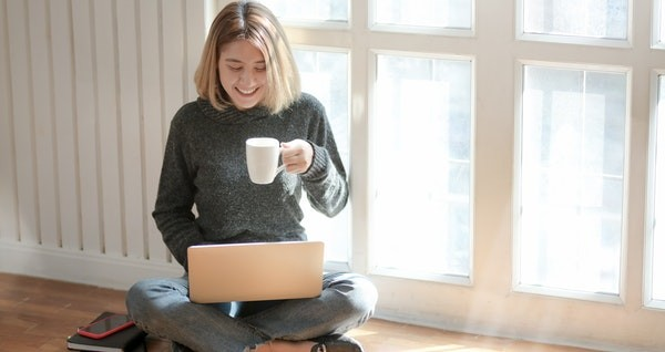 Mujer consultando redes sociales