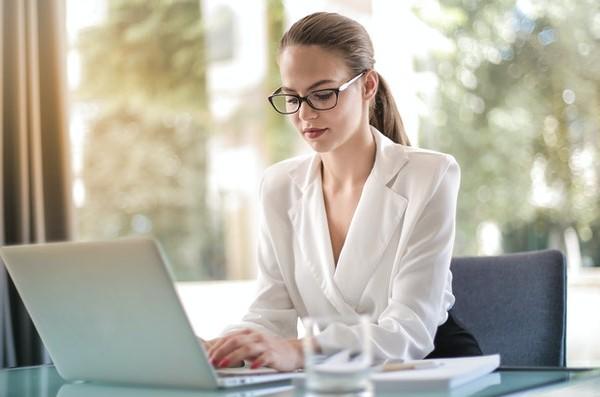 Mujer trabajando con un portátil
