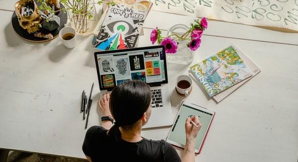 Mujer creando contenido con portátil