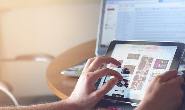 Mujer utilizando tablet y portátil
