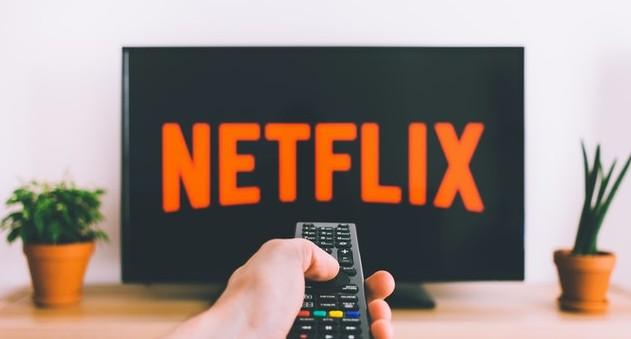 Hombre viendo Netflix en una Smart TV
