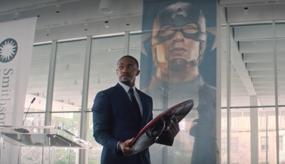 Falcon con el escudo del Capitán América