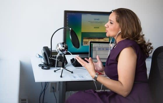 Mujer grabando un podcast