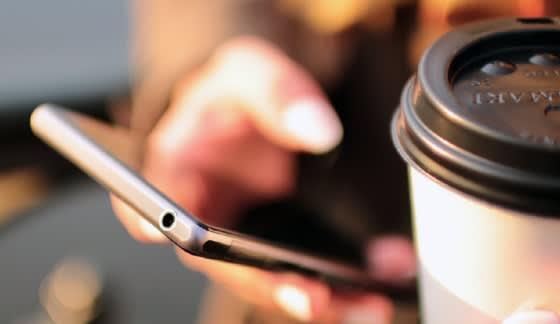Mano con teléfono móvil