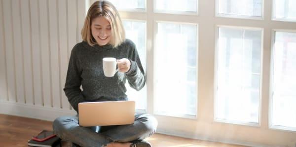Chica feliz utilizando un portátil