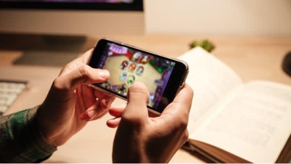 Jugando con teléfono móvil