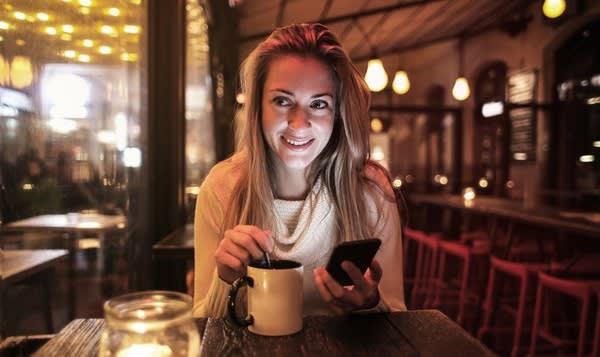 Mujer utilizando el teléfono móvil