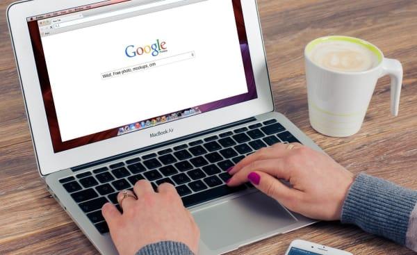 Mujer utilizando un navegador