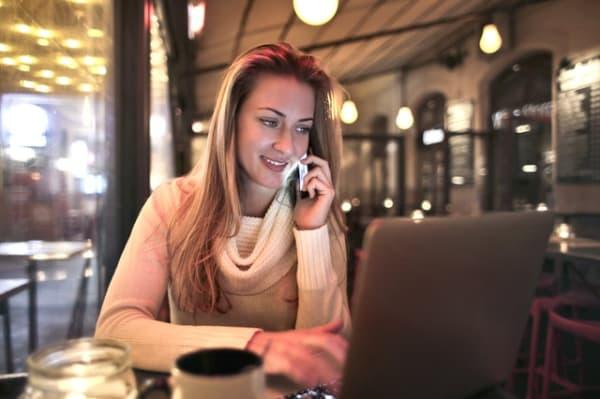 Mujer con portátil en una cafería