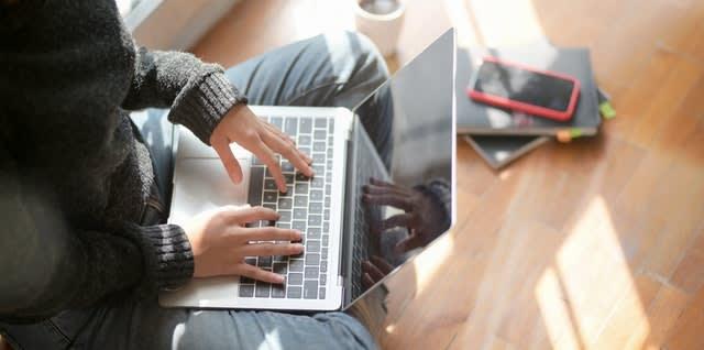 Persona utilizando un ordenador potátil