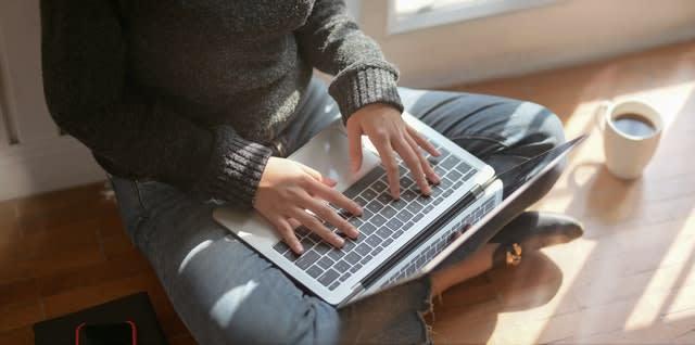 Persona utilizando portátil