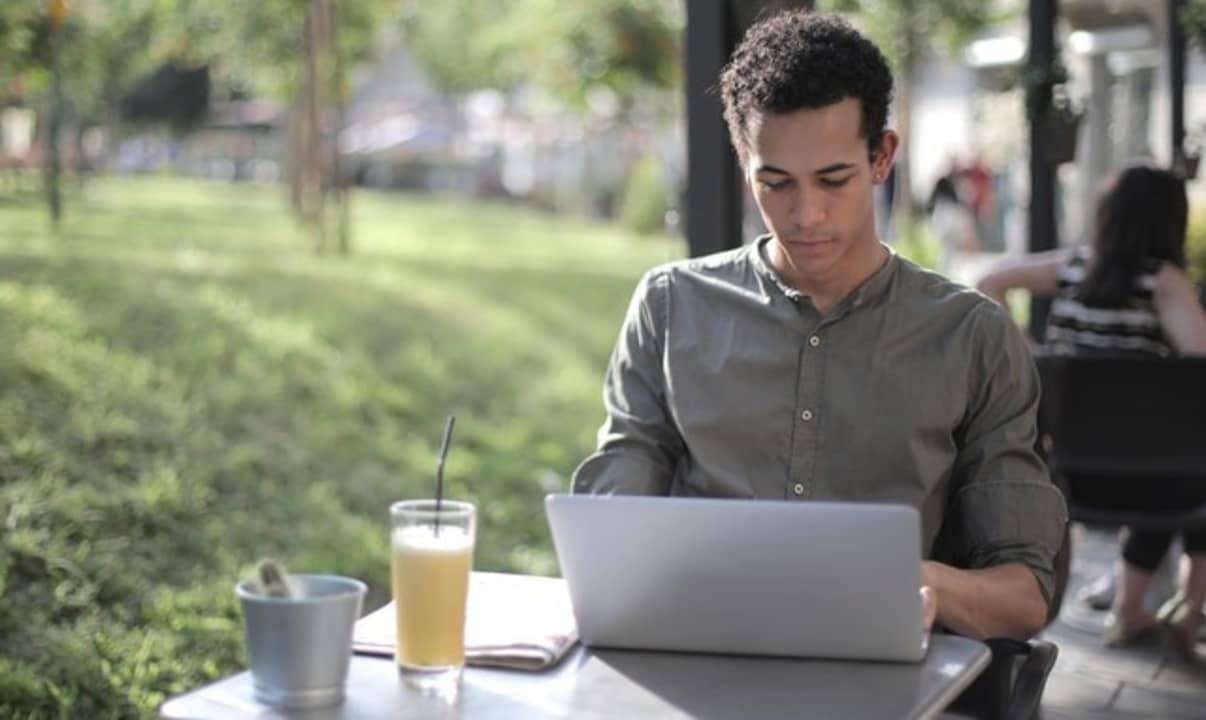 Hombre joven utilizando un portátil