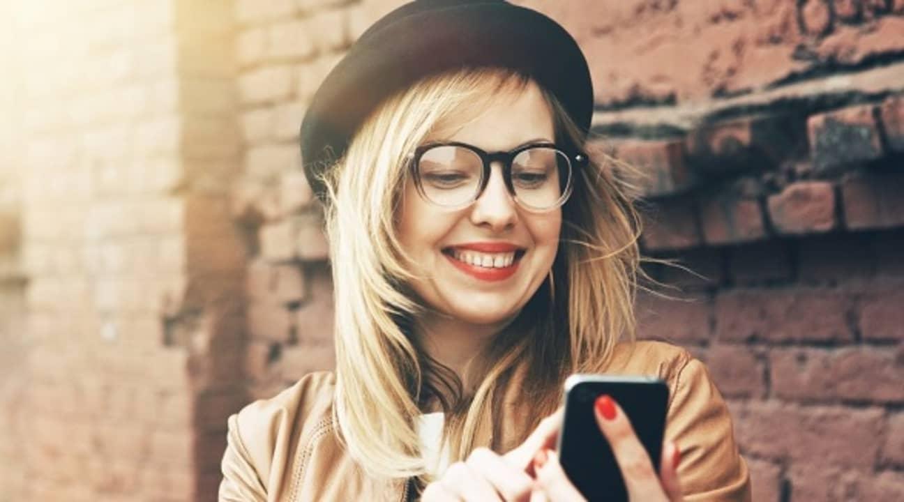 Mujer utilizando un smartphone