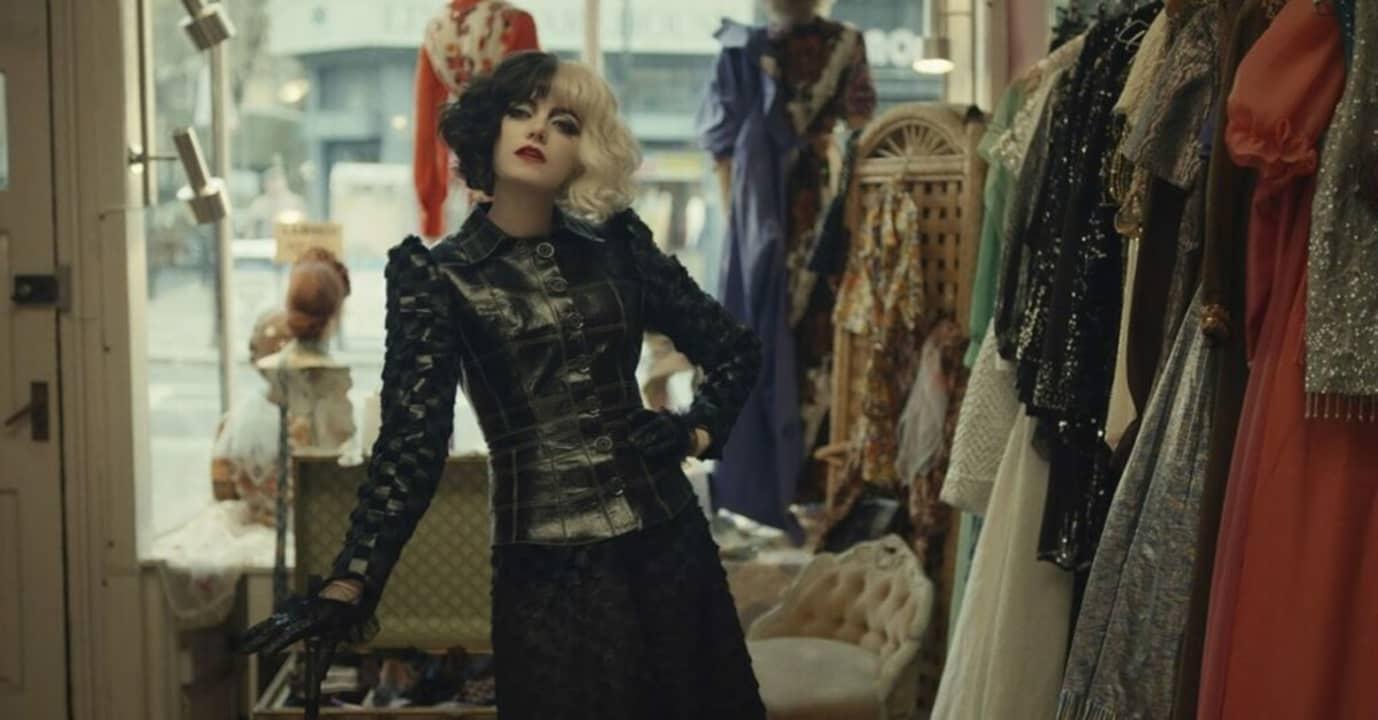 Cruella (Emma Stone) en una tienda de ropa